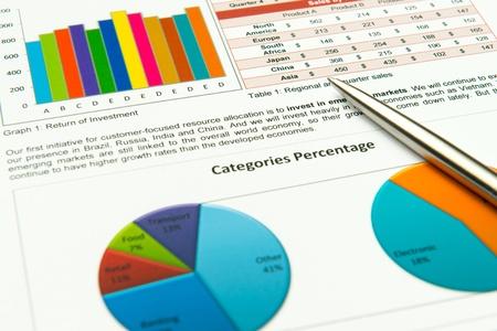 스프레드 시트: 재무 성과를 보여 연간 사업 보고서 차트 스톡 사진