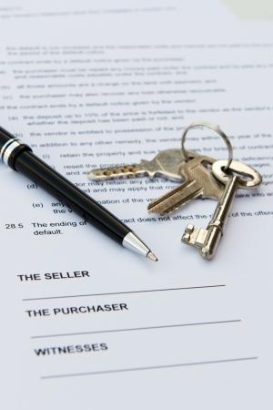 zeugnis: Immobilien Vertrag mit Stift und Tasten