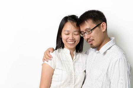 familia orando: Parejas asiáticas con cerca del ojo aislado sobre fondo blanco
