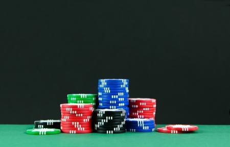 fichas de casino: Las pilas de fichas de colores en las mesas de juego