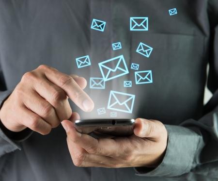 Email: Konzept der drahtlosen Senden der Nachricht mit Smartphone Lizenzfreie Bilder