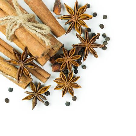 pimienta negra: Especias incluye canela, an�s estrellado y pimienta negro sobre fondo blanco