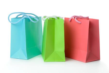 aislado en blanco: Bolsas rojas, verdes y azules de regalo aislados sobre fondo blanco
