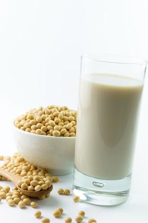 soja: Leche de soja y la soja sobre fondo blanco