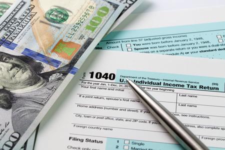 Het invullen van inkomstenbelasting vormen met de Amerikaanse dollar en pen