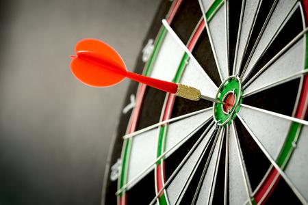 Recht op doel concept met behulp van pijl in de bullseye op dartbord