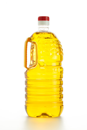 grasas saturadas: Cierre de aceite de cocina en el fondo blanco