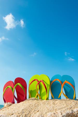 カラフルなフリップの行は、晴れた青空のビーチでフリップフ ロップします。