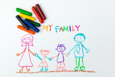 Tekening van het kind van mijn gelukkige familie met behulp van krijt Stockfoto