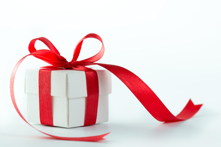 Confezione regalo con nastro rosso su sfondo bianco Archivio Fotografico - 32155748