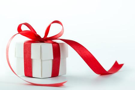 Gift box met rood lint op witte achtergrond