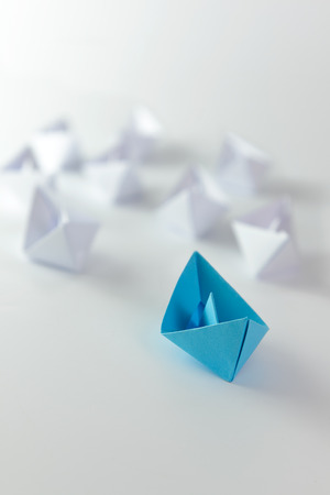 Concepto de la dirección utilizando azul barco de papel entre los blancos Foto de archivo - 32555764