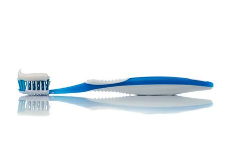 Niebieska szczoteczka z pasty do zębów na białym tle