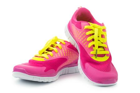 deporte: Par de zapatos deportivos de color rosa sobre fondo blanco Foto de archivo