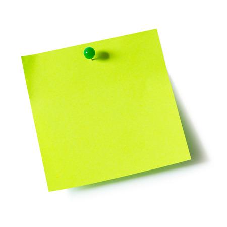Groene papieren notitieblok bevestigd met push-pins op een witte achtergrond Stockfoto