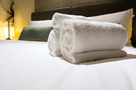toallas: Toallas de ba�o en la cama de la habitaci�n del hotel Foto de archivo