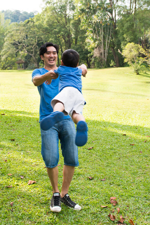 niños jugando en el parque: Padre e hijo se divierten en el parque de verano