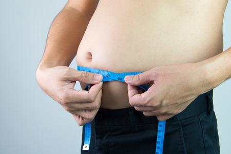 cuerpo hombre: Hombre que mide su vientre utilizando cinta m�trica