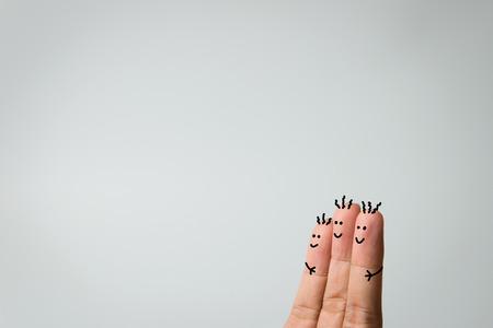 Happy drie vingers omhelzen op grijze achtergrond