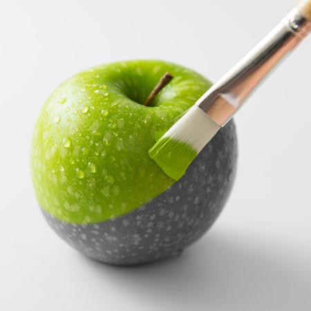 페인트 브러시와 신선한 녹색 사과 회화 스톡 콘텐츠