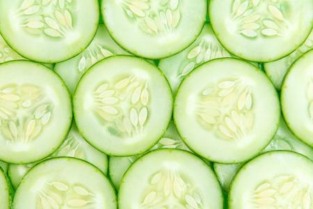 Close-up van verse plakjes komkommer achtergrond