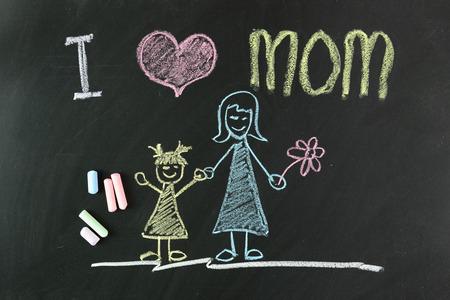 Bambino disegno di i love mom con il gesso sulla lavagna Archivio Fotografico - 39243935