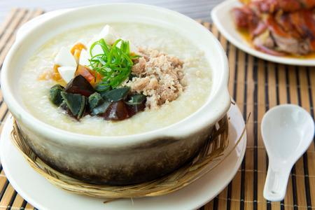 Primer plano de sal y conservado huevo hilo de pollo sopa de arroz