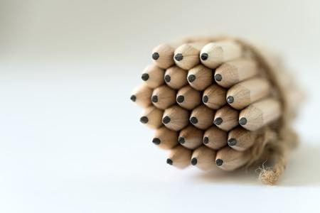 흰색 배경에 고립 된 나무 연필 뭉치