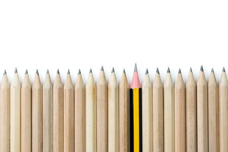 茶色鉛筆の行に立ってから一本の鉛筆 写真素材