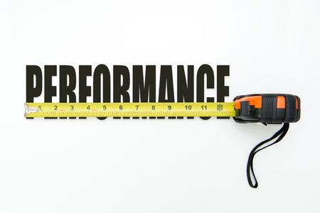 Maßband über das Wort Leistung auf weißem Hintergrund Standard-Bild