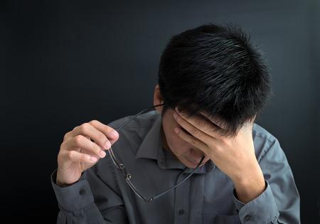 cansancio: Hombre de negocios bajo el estrés, la fatiga, la preocupación y el malestar Foto de archivo