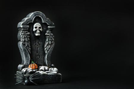 calabazas de halloween: Lápida de Halloween RIP con la araña en el fondo negro Foto de archivo