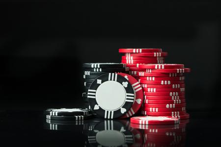 Stapels van poker chips geïsoleerd op een zwarte achtergrond Stockfoto