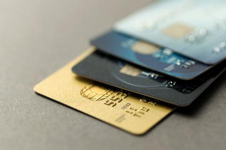 tarjeta de credito: Cierre de tarjetas de crédito sobre fondo gris