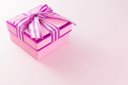 lazo rosa: Close up of pink gift box on with copy space Foto de archivo