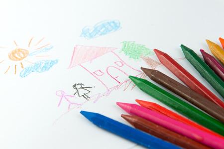 ni�os dibujando: Dibujo del ni�o de la pareja de pie cerca de una casa utilizando l�pices de colores