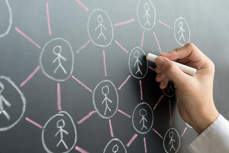personas comunicandose: Drenaje de la mano red social a bordo de negro con tiza