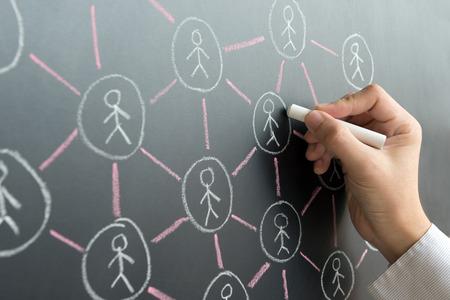 personnes: Main dessiner réseau social sur tableau noir avec de la craie