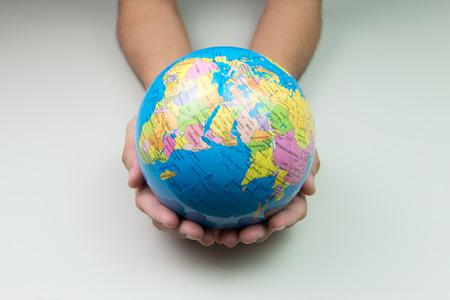 Planeta tierra en mano sobre fondo blanco Foto de archivo