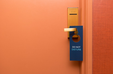 Do not disturb sign on hotel door Foto de archivo