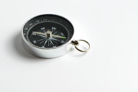 brujula: Instrumento brújula negro aislado en el fondo blanco