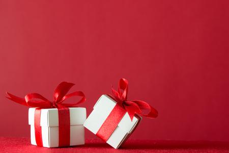 Dos cajas de regalo envuelto con cinta sobre fondo rojo Foto de archivo - 48925307
