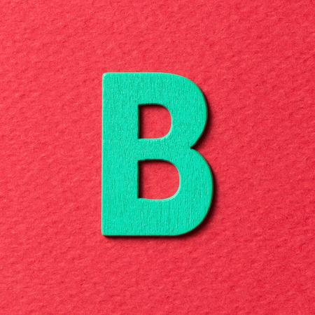 lettre alphabet: Bois textur� vert alphabet de couleur B sur fond rouge