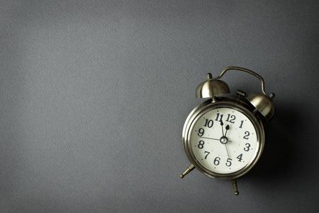 reloj: reloj de alarma que muestra casi doce, con copia espacio