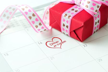 dia y noche: día de la fecha la noche de San Valentín recordatorio marcada en el calendario