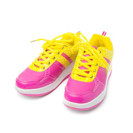 black girl: Paare der rosafarbenen Sportschuhe auf wei�em Hintergrund