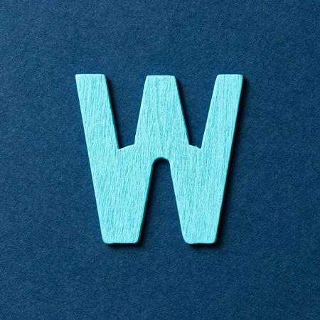 color in: Con textura de madera de color verde alfabeto W en fondo azul