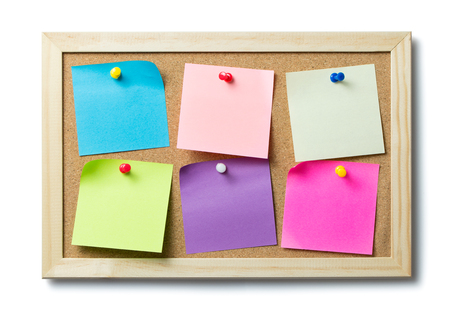 Multicolor blank post it notes on a cork notice board 版權商用圖片 - 52653629