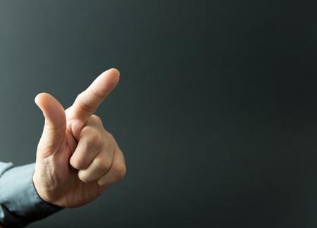 男性の人差し指を押したり、上向き