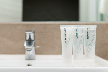 Mini set of bath gel, shampoo and hair conditioner in bathroom Banque d'images